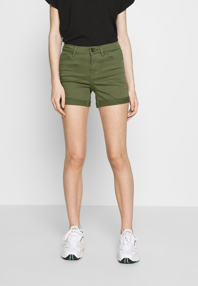 Vero Moda - VMHOT SEVEN MR FOLD SHORTS COLOR - Denim shorts - ivy green