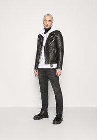 Calvin Klein - VERTICAL SIDE LOGO HOODIE - Sweat à capuche - white - 1