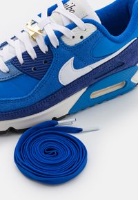 Nike Sportswear - AIR MAX 90 SE - Sneakersy niskie - signal blue/white/game royal/deep royal blue/black/sail - 5