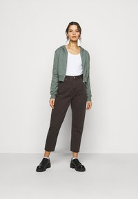 Even&Odd Petite - Zip-up hoodie - green - 1