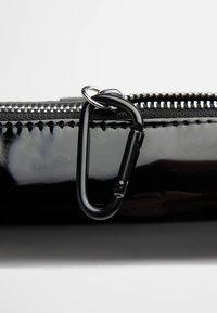 Bershka - LACKOPTIK MIT KARABINER - Peněženka - black - 4
