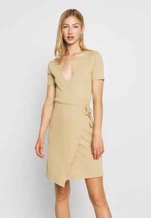 ENALLY DRESS - Pouzdrové šaty - brown