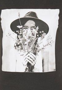ONLY - ONLELLIE LIFE BOX  - T-shirt imprimé - light grey - 2