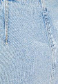 Bershka - MIT REISSVERSCHLUSS UND CUT-OUTS  - Gonna di jeans - blue denim - 5