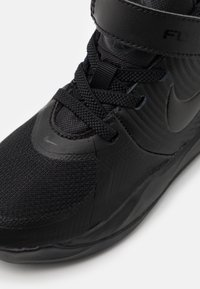 Nike Performance - TEAM HUSTLE D 9 FLYEASE UNISEX - Basketball shoes - black/dark smoke grey/volt - 5