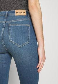 NA-KD - SKINNY HIGH WAIST OPEN HEM - Jeans Skinny Fit - mid blue - 4