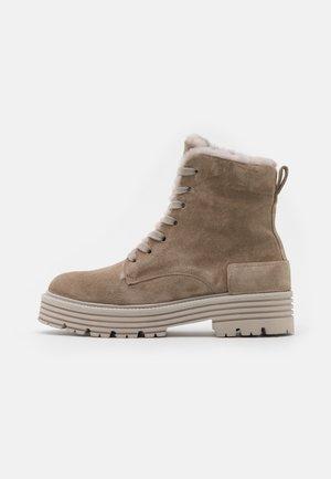 ELA - Kotníkové boty na platformě - biscuit
