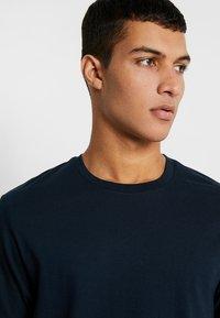 Burton Menswear London - BASIC CREW 3 PACK MULTIPACK - T-shirt - bas - khaki/frost/navy - 4