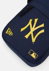 New Era - MLB SIDE BAG - Taška spříčným popruhem - dark blue - 3