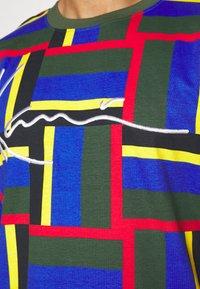 Karl Kani - SIGNATURE BLOCK TEE - Print T-shirt - green - 5