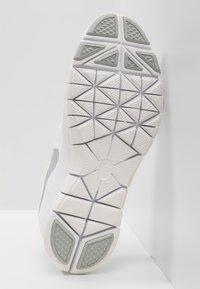 Nike Performance - WMNS NIKE FLEX ESSENTIAL TR - Kuntoilukengät - white/wolf grey/pure platinum - 4