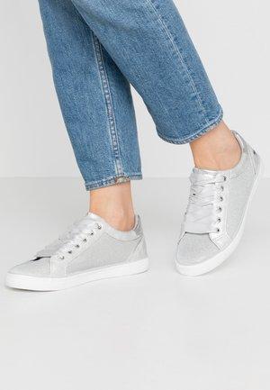 Sneakers - silber