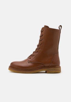 BRENDA - Šněrovací kotníkové boty - cognac