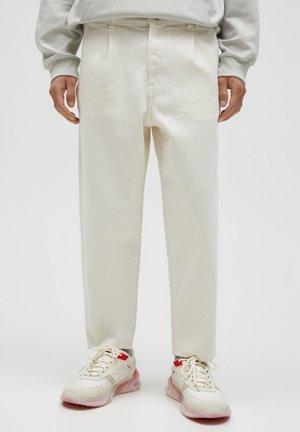 MIT BUNDFALTEN - Jeans baggy - beige