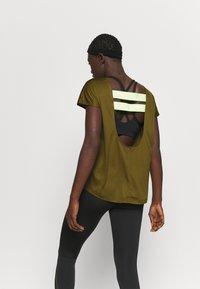 Nike Performance - DRY ELASTIKA - Camiseta de deporte - olive flak/volt/black - 2