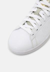 adidas Originals - STAN SMITH W - Sneakers laag - white/halo green/gold metallic - 7
