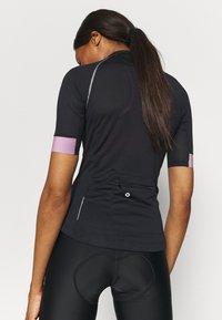 ONLY Play - ONPPERFORMANCE BIKE - T-Shirt print - black/elderberry - 3