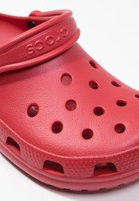 Crocs - CLASSIC UNISEX - Badesandaler - pepper - 5