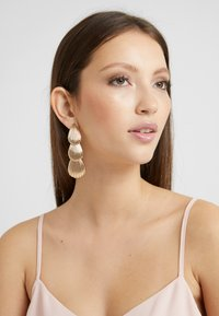 LIARS & LOVERS - LAYER SHELL DROP - Øredobber - gold-coloured - 1