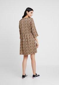 YAS - YASHURA SHORT DRESS - Hverdagskjoler - light brown/black - 3
