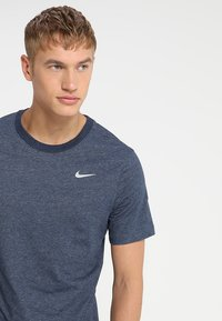 Nike Performance - DRY TEE CREW SOLID - Basic T-shirt - obsidian heather - 3