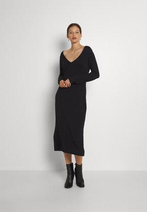KNIT MAXI V NECK DRESS WITH SLIT - Pletené šaty - black