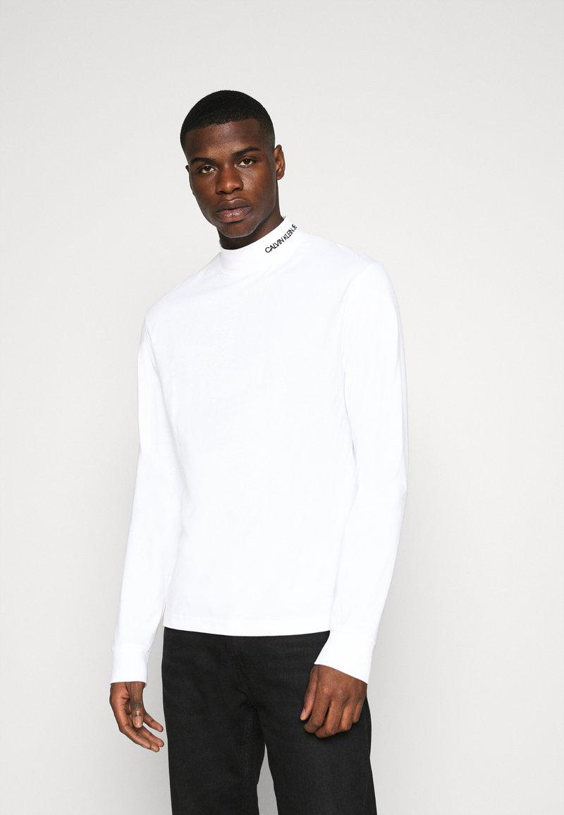 Calvin Klein Jeans - MOCK NECK TEE - Longsleeve - bright white