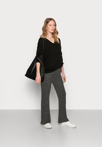 Pieces Maternity - PCMPAM FLARED PANT - Trousers - dark grey melange - 1