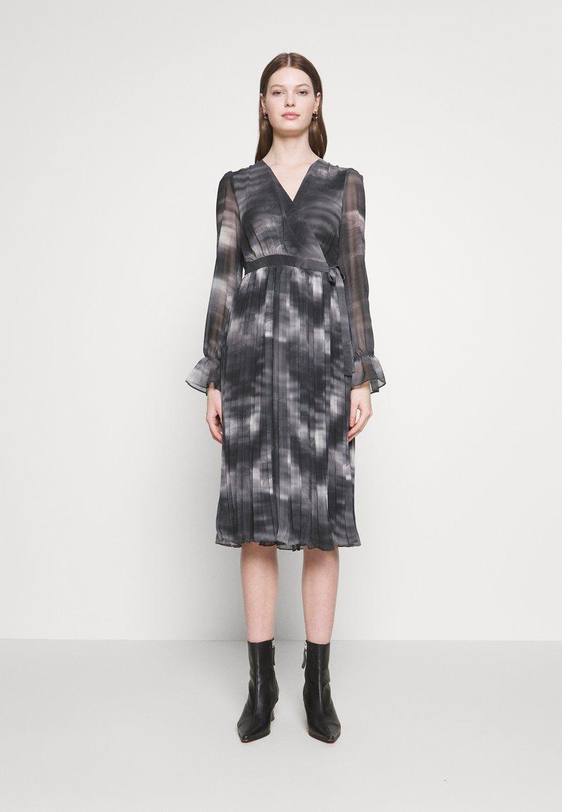 NA-KD - TIE DYE MIDI PLEATED DRESS - Denní šaty - black