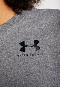 Under Armour - RIVAL GRAPHIC CREW - Sweatshirt - jet gray medium heather/black - 5