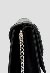 Stradivarius - MIT KETTENVERSCHLUSS - Across body bag - black - 4