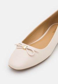 MICHAEL Michael Kors - ELOISE FLEX BALLET - Ballerina's - light cream - 6