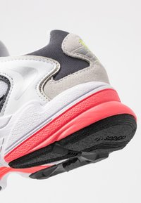 adidas Originals - FALCON 2000 - Sneakersy niskie - solar yellow/raw white - 2