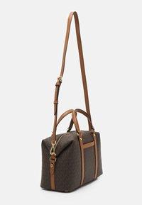 MICHAEL Michael Kors - BECK MEDIUM SATCHEL - Handbag - brown/acorn - 3