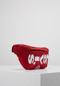 Levi's® - BANANA SLING - Bæltetasker - brilliant red - 3