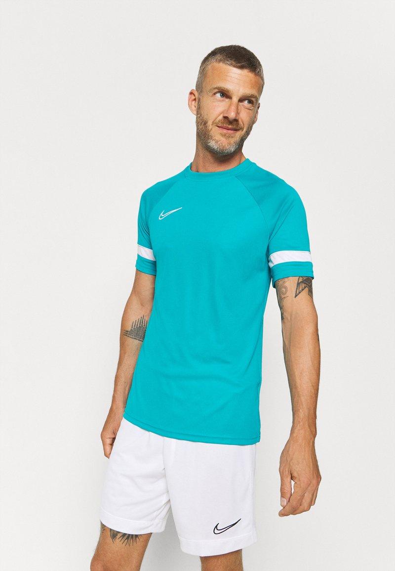 Nike Performance - ACADEMY 21 - T-shirt med print - aquamarine/white