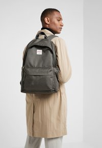 HKT by Hackett - BACKPACK - Batoh - khaki - 1