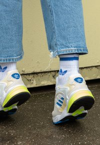 adidas Originals - FALCON 2000 - Joggesko - offwhite/blue bird/footwear white - 4