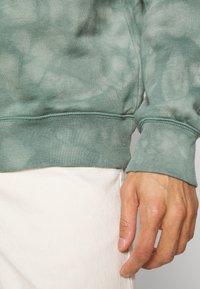 GAP - TIE DYE CREW - Sweatshirt - gasoline green - 5