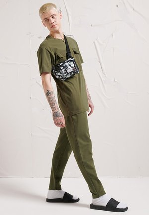 TECH CODE POCKET - T-shirt con stampa - olive night