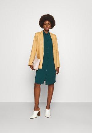 VMSAGA DRESS - Košilové šaty - sea moss