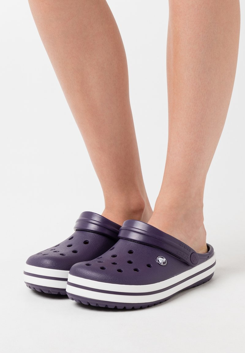 Crocs - CROCBAND RELAXED FIT - Sandalias planas - mulberry/white