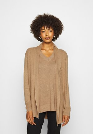 BELLA THIRD - Strickjacke - classic camel