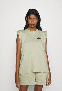 Nike Sportswear - TANK EARTH DAY - Camiseta estampada - olive aura/galactic jade - 0