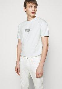 DRYKORN - WEL - Džíny Slim Fit - off-white - 3