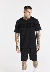 SIKSILK - SPACE JAM FLOCK TEE UNISEX - T-shirt imprimé - black - 0