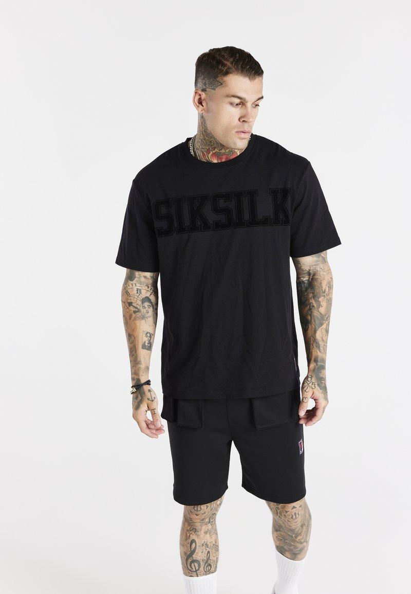 SIKSILK - SPACE JAM FLOCK TEE UNISEX - T-shirt imprimé - black