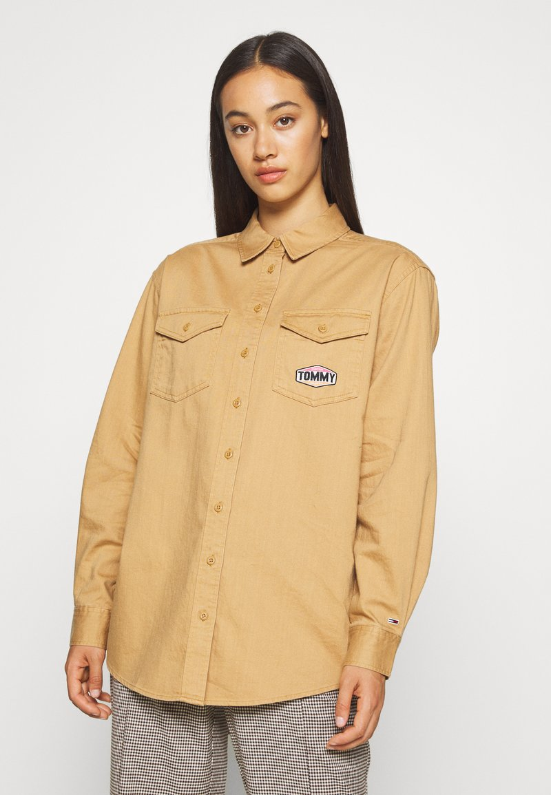 Tommy Jeans - BADGE DETAIL - Button-down blouse - country khaki