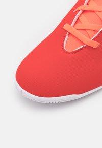 adidas Performance - X SPEEDFLOW.4 FOOTBALL INDOOR UNISEX - Indoor football boots - red/core black/solar red - 5
