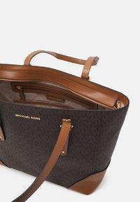 MICHAEL Michael Kors - ARIALG TOTE - Handbag - acorn - 3